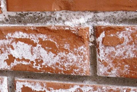 Снятие соляных высолов с фасада